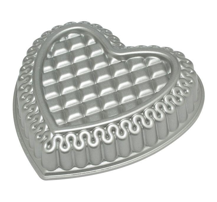 Liefde is zo spectaculair als deze Nordic Ware hartvormige bakvorm met quiltmotief. Wil je iemand verrassen met een mooie taart of cake op valentijnsdag maar ben je geen kei in taarten versieren? Bak een cake met deze bakvorm en bestrooi de cake met poedersuiker voor een spectaculair resultaat!