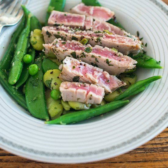 Easy, delicious and ready in 15 minutes: warm tuna steak salad.