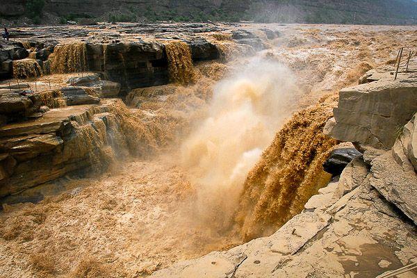 """Huang He """"Fiume Giallo"""": 7 ° fiume più lungo del mondo Settimo posto per il famosissimo fiume cinese meglio conosciuto come Fiume Giallo. Quarto fiume per lunghezza di tutto il continente asiatico e secondo in cina solo allo Yangtze grazie ai suoi 4.845 Km entra di diritto nella top ten dei fiumi più lunghi del mondo.  Nasce a 4.500 m.s.l.m dai monti del Bayan kara Ula, al confine con il Tibet ed attraversa gran parte del territorio cinese fino a sfociare nel Mar Giallo. Le sue acque molto…"""