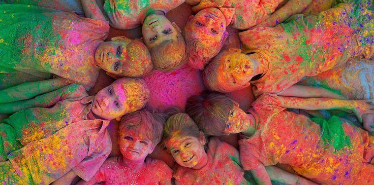 Muitas cidades realizam festivais de rua, que vão dos mais criativos aos mais bizarros, mas uma coisa é certa: ninguém sai deles ileso! Sujos ou não, moradores e turistas se divertem com as mais diversas celebrações, que vão desde os conhecidos festivais La Tomatina, um dos maiores do mundo, e o Holi, que chegou ao Brasil em 2013, até os mais inusitados, como uma Batalha de Ratos ou até mesmo uma perseguição ao diabo pelas ruas da Espanha, onde o próprio é atacado com nabos. O melhor de…