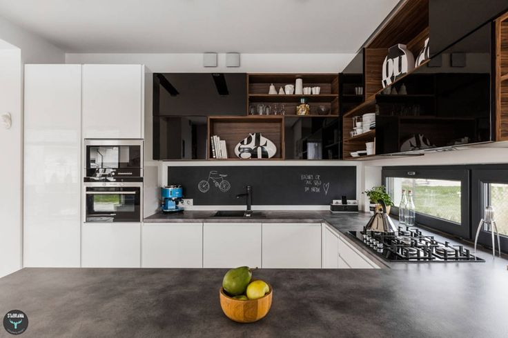 Large, simple, modern family kitchen. Kuchnia otwarta by stabrawa.pl