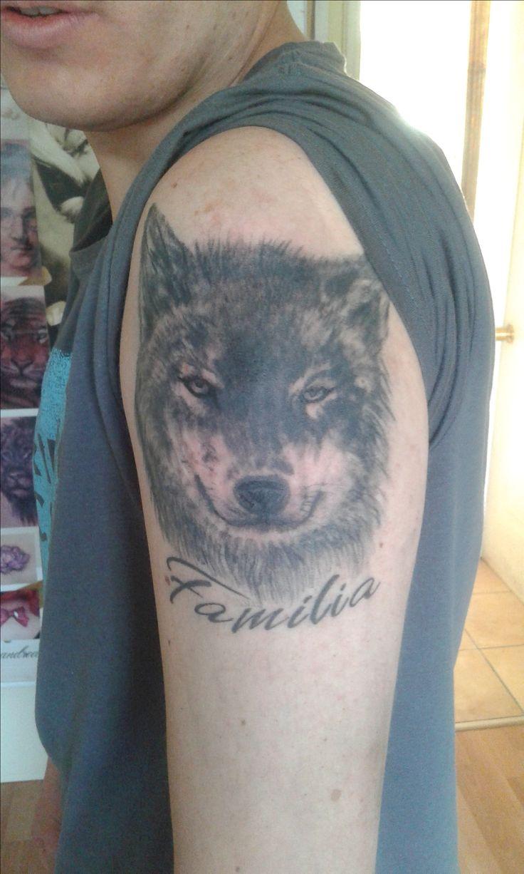 Tatuaje Lobo Con Palabra Familia  Artista: Andrea Valenzuela