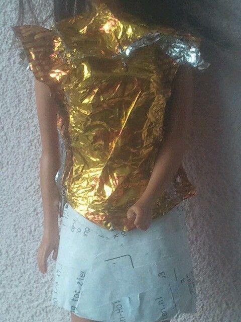 Zelfgemaakte barbiekleding van snoeppapietjes en bonnetjes