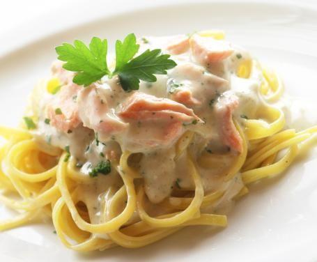 Gli spaghetti al salmone sono resi molto gustosi dal gusto della panna e il forte sapore del salmone