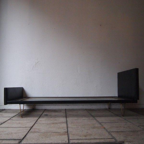 Hendrickx Alfred / Belform : Lit 1 personne, chassis en bois laqué noir, tête et pieds garnis de vinyle, sommier 1 personne, 4 pieds laiton doré formant V | Salle de Vente Saint-Job