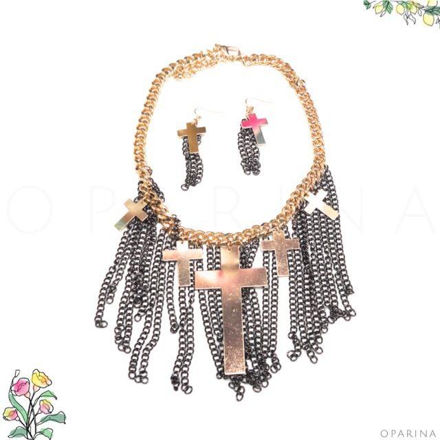 Collar de Cruces Doradas y Cadenas Envejecidas. #boldgold #bohochic #boho #oparina #statementnecklace  #madewithstudio