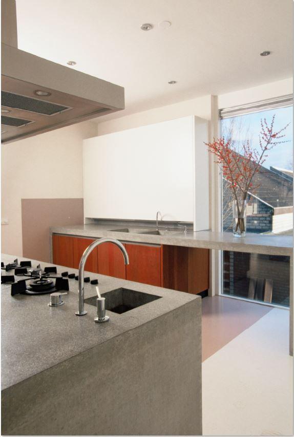 Luxe maatwerk keuken met kersen hout gecombineerd met MDF fronten en betonnen aanrechtbladen - The Living Kitchen by Paul van de Kooi