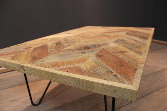 Cette table basse rustique moderne élégante avec dessus de chevron et pattes en acier en épingle à cheveux ferait une superbe pièce de centre de liaison dans toute salle de séjour ou de la réception de bureau.  Fabriqués en bois de palette charismatique coloré qui a été nettoyé, rejoint, poncé arrière et cire terminée, ce qui donne un beau doux à la sensation de toucher.  La Table dans limage est terminée dans une « cire naturelle claire »  et ses dimensions sont :   Hauteur : 43 Largeur…