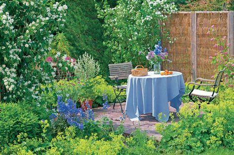 Geduld ist eine Tugend, die bei der Neuanlage oder Umgestaltung eines Gartens nicht jeder hat. Ein paar Tricks helfen, unnötige Wartezeiten zu vermeiden. Mit diesen Tipps wird Ihr Garten schneller fertig.