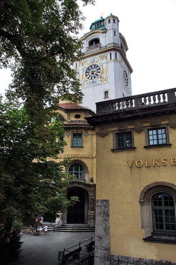 Fotos: ; Banhos públicos; Frauenkirche, catedral católica de Nossa Senhora Bendita, na Frauenplatz 1; relógio na torre, com figuras animadas em dança e luta