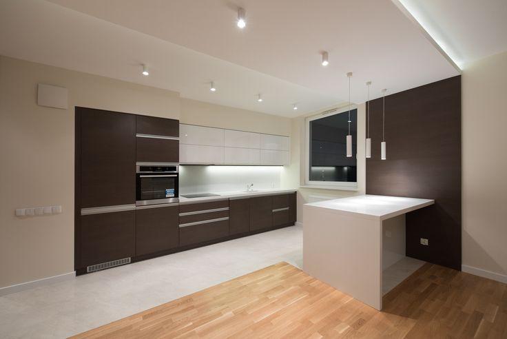 Piękna, prosta a zarazem elegancka realizacja. Podłogi klejone o wyraźnej fakturze drewna firmy Baltic Wood i do tego proste białe płytki na podłodze firmy Opoczno. Idealnie współgrająca zabudowa kuchni - z systemami Blum - do...