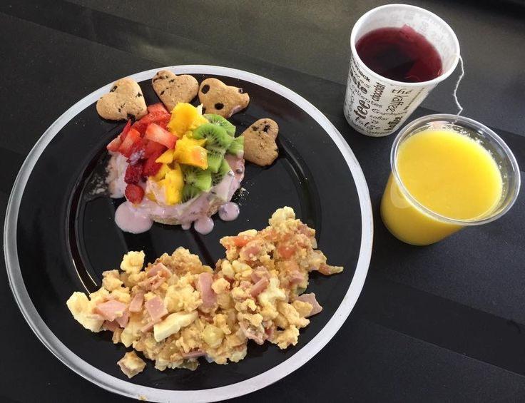 Desayuno Gourmet a tu Estilo!  Pancake de Avena con Yogurt Griego, Frutas (Kiwi, Mango y Fresa) y Miel  Huevos con Tomate, Cebolla, Jamón y Queso  Smoothie de Naranja Banano  Te de Flor de Jamaica  Galleticas Corazón de Chips de Chocolate