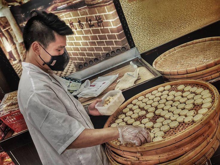 Making biscuits in Macau... haciendo galletas They are amazing! Guaranteed!  #biscuit #sweet #galletas #macau #asia #travelling #trip #chef #chefsofinstagram #cheflife #handmade