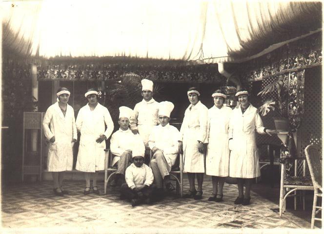 """Hoy es viernes del recuerdo en la @reposteriaastor """"foto de los primeros reposteros"""" esta foto corresponde a la década de 1930"""