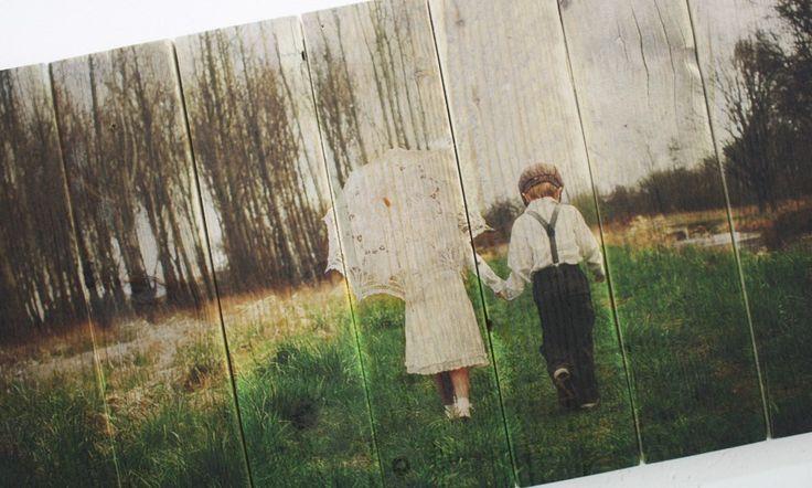 Foto van twee kindjes op authentiek steigerhout | Geeft uw foto een robuuste en brocante uitstraling | Ook een foto op steigerhout? Bestel eenvoudig op www.timberprint.nl #fotoophout #steigerhout