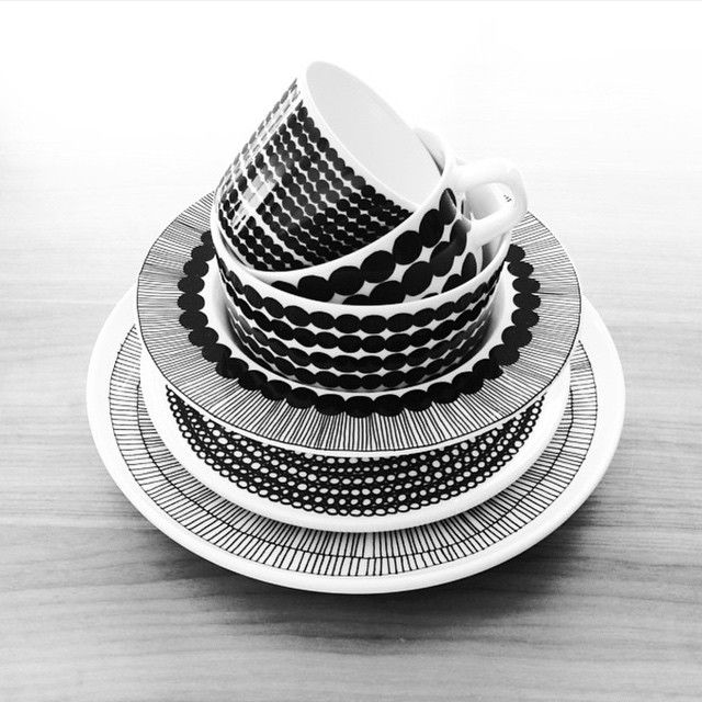 @02030308 knows that stacked Siirtolapuutarha Oiva [tableware] makes for beautiful stillages - thank you for sharing this beauty. // #marimekko #marimekkohome #siirtolapuutarha #regram