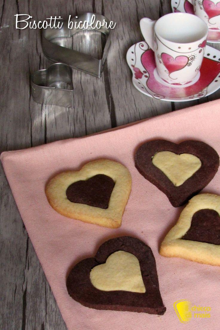 BISCOTTI BICOLORE A CUORE - HEART BLACK AND WHITE COOKIES #biscotti #bianco #nero #cuore #bicolore #cuori #sanvalentino #anniversario #romantico #colazione #dolci #dolce #frollini #senzaglutine #glutenfree #back #white #heart #cookies #chocolate #valentine #valentinesday #ricetta #recipe #ilchiccodimais http://blog.giallozafferano.it/ilchiccodimais/biscotti-bicolore-cuore/