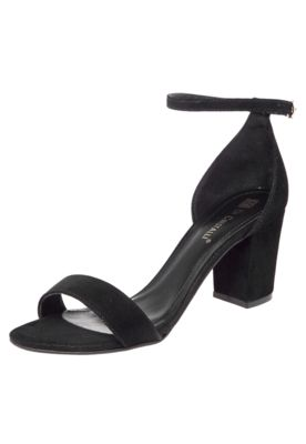 Sandália Di Cristalli Salto Baixo Grosso Preta, com textura aveludada, tira no tornozelo e fechamento por fivela ajustável.