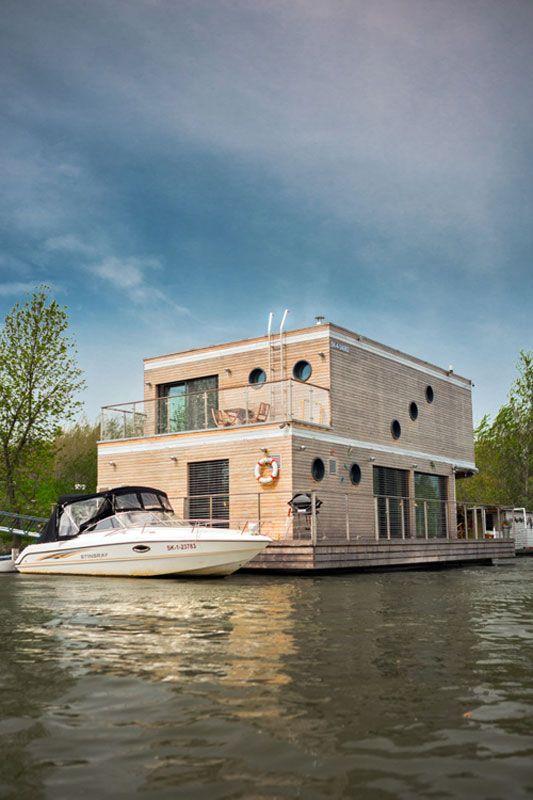 Objekt je navržen jako nízkoenergetická dřevostavba s difúzně otevřenou skladbou stěn a odvětranou dřevěnou fasádou.#houseboat #house