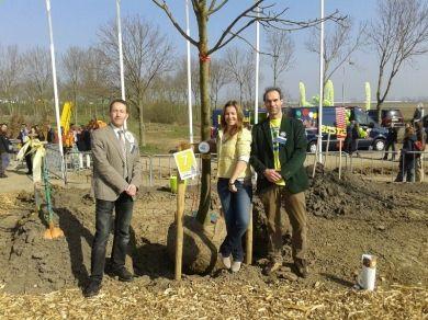 Marianne Thieme heeft samen met de Arnhemse lijsttrekker Leo de Groot en Statenlid Luuk van der Veer bomen geplant op de Nationale boomfeestdag