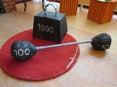 Gewichten voor de sterke mannen en vrouwen. Themahoek Circus Nutsschool Maastricht.