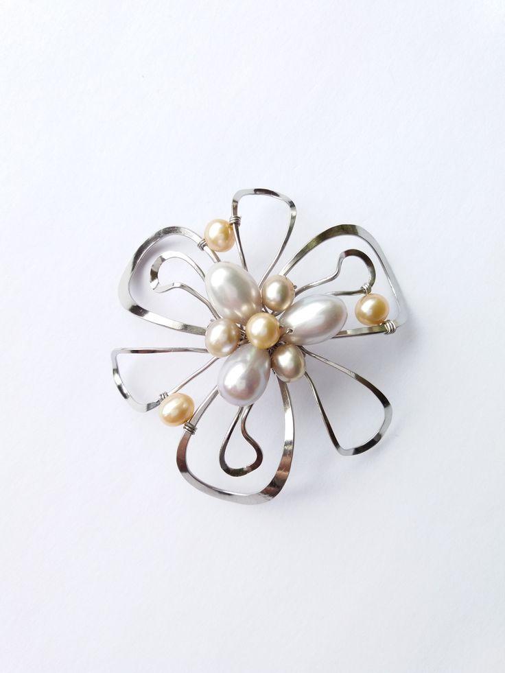"""Brož+B55P+""""Dotekem+Slunce""""+exkluzivní+perly+Autorský+šperk.+Originál,+který+existuje+pouze+vjednom+jediném+exempláři+z+romantické+edice+variací+na+květy.+Vyniká+kouzelným+prostorovým+tvarem,+precizním+provedením,+jemnou+elegancí,+decentním+výrazem+a+harmonickým+sladěním+výběrových+perel.+Brož+je+vyrobena+ručně.+Tepaná,+ohýbaná,+tvarovaná+z+chirurgických+drátů..."""