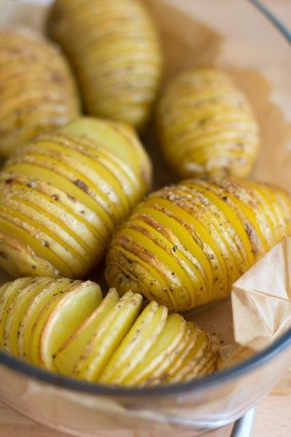Ik had ze al vaak zien passeren op Pinterest, maar zelf heb ik ze pas voor het eerst geproefd op een Zweeds midzomer feest in juni: de Hasselback aardappelen. De meest decoratieve manier om gebakken aardappeltjes te maken: geroosterde schijfjes die als ee