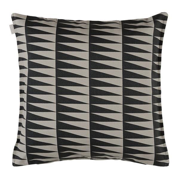 Lækker pude AKKA fra Linum til sofaen i friske farver. Kan med fordel kombineres med STEN puden. Størrelse: 50x50 cm. www.houseofbk.com