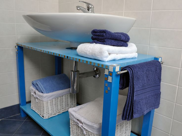 Una struttura semplice e funzionale, un mobile sottolavabo completa lo spazio di pertinenza del lavabo sospeso, nascondendo il sifone e offrendo un ripiano d'appoggio, uno spazio a giorno capiente ...