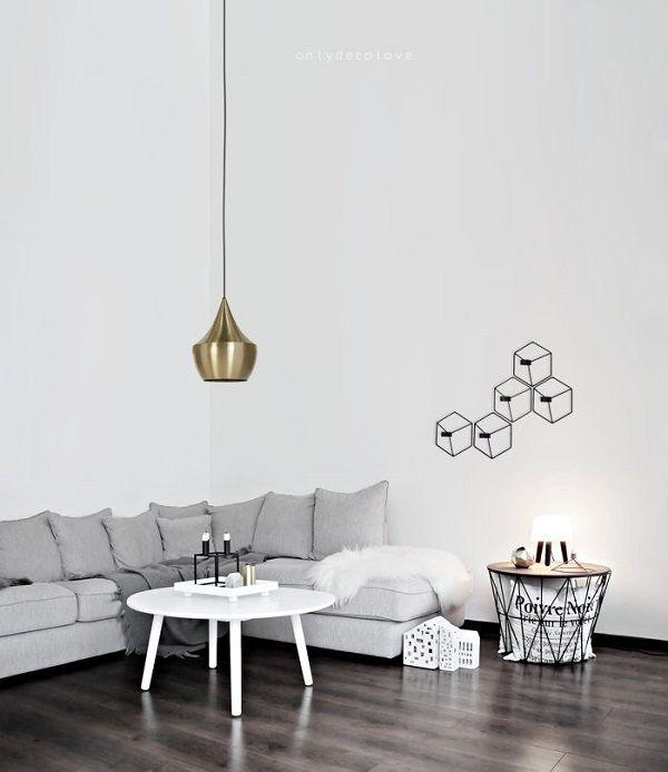 Shopinstijl.nl - Messing hanglamp boven witte salontafel - bekijk en koop de producten van dit beeld op shopinstijl.nl