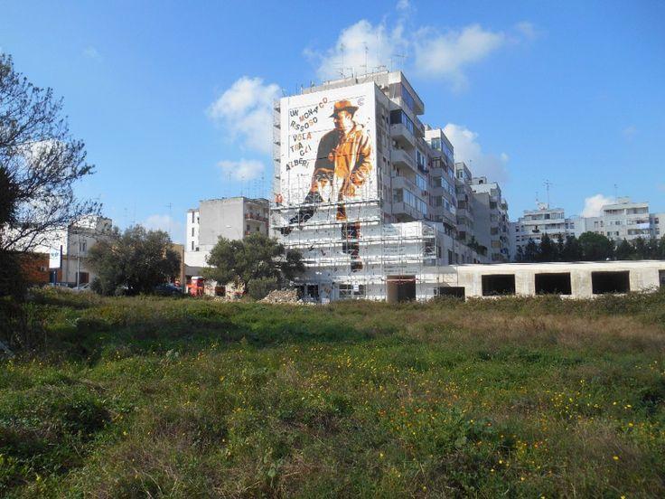 Poesia e graffitismo s'incontrano a Lecce, sulla facciata di un condominio del  quartiere Borgo pace. E' un omaggio a Vittorio Bodini, quello che il graffitista  Chekos'art ha voluto realizzare su una parete di 240 metri quadri. Un ritratto  del poeta salentino Bodini, accompagnato da alcuni suoi ve