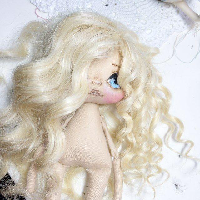 Слева- это трессы с крупными кудрями, для моих малышек они слишком крупные, поэтому я делаю мелкие кудряшки #кукла #куколка #куклаолли #олли #ручнаяработа #авторскаякукла #handmade #textilledoll #dolls #doll