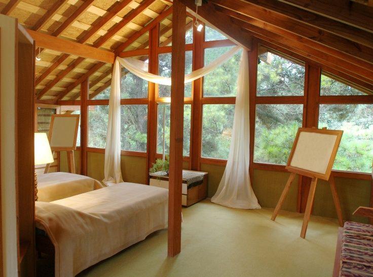 Gezond slapen in een met natuurlijke materialen afgewerkte kamer.