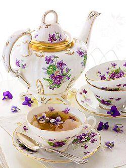 Čajová sada * bílý porcelán zdobený zlatem, s malovanými fialkami.