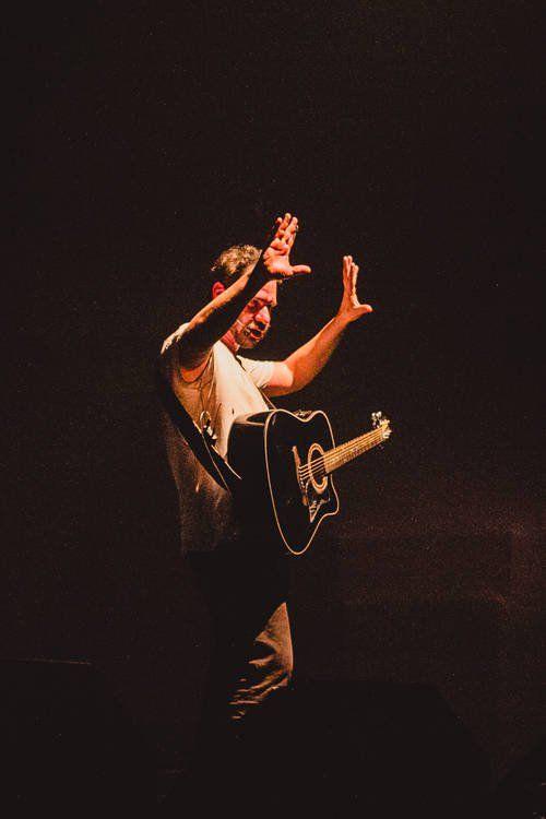"""(Por Karen Waleria) O Ministério da Cultura e Rede presentearam os porto-alegrenses com a apresentação de """"Renato Russo, o Musical"""", sucesso de crítica e público, que está em cartaz há 11 anos. O Espetáculo, que já foi assistido por mais de 250 mil pessoas, voltou à capital gaúcha no final do mês passado; no dia 29 de julho. Só que desta vez para uma apresentação ao ar livre e gratuita."""