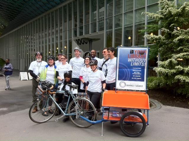 Books on Bikes è un programma pilota della Seattle Public Library che vede alcuni dei suoi bibliotecari (regolarmente retribuiti, va detto) pedalare per la città...