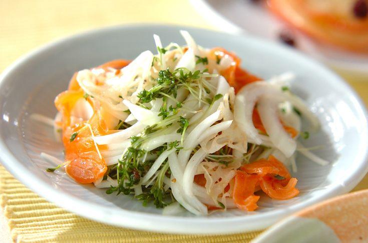 マリネのようにサッパリといただけるサラダ。スモークサーモンの彩りが華やか。レンコンとサーモンのホットサラダ[洋食/サラダ]2010.09.06公開のレシピです。