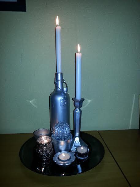 Oude flessen en kaarsenstandaard, etc zelfde kleur spuiten en op plato zetten, heel gezellig hoor!