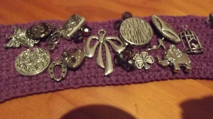 La base de esta pulsera está tejida a crochet en medio punto y luego le aplicas los dijes que desees, se ven muy bonitas y vistosas