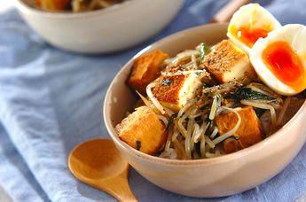 モヤシと厚揚げのオイスターソース丼: お肉なしでもボリューム満点の節約丼。半熟卵を崩しながら食べるとおいしい。