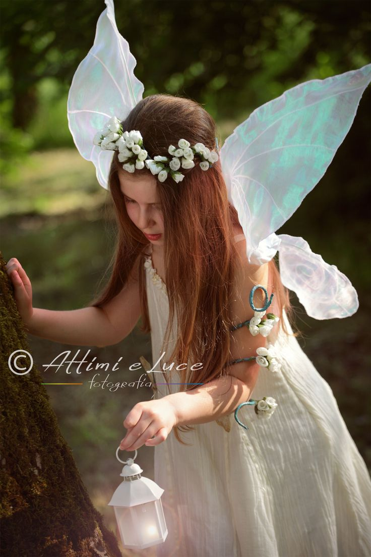 FotograFate. Una fata nel bosco con la sua lanterna. Realizziamo sessioni fotografiche a bambine e ragazze, creando splendide immagini di fate immerse nella natura. www.attimieluce.it