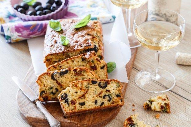Keramické formy na pečení jsou k nezaplacení. Nic se v nich nepřipaluje, upečená těsta se krásně vyklopí, formy se velice snadno umyjí. My jsme jednu z nich otestovali na pečený chlebíček se sušenými rajčaty a olivami. Je to ideální pohoštění k vínu nebo rychlá večeře.