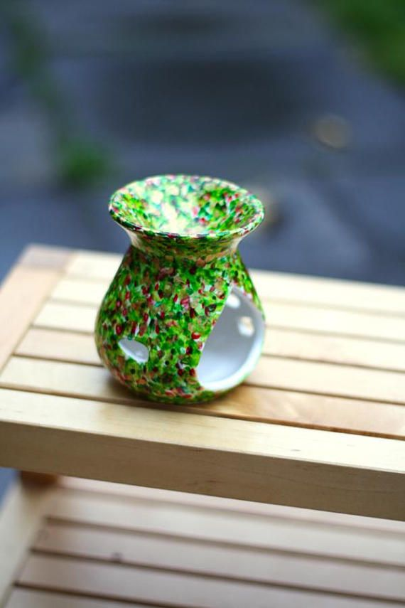 Hand painted wax warmer / oil burner for use with tea light candles and wax melts.  Festive series - Green, Red and Gold  A burst of vibrant green and red flecks with glittering gold scattered throughout. It screams festive to me!  10 cm tall  This would make a lovely gift or just for