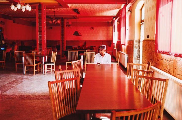 masă . . . #dbe#dorobanti#gradinatermala#red#rosu#table#aov#agameoftones#supper#streetphotography#interior#summer#hot#redredred#iseered#photography#local#arad#ig_romania#ig_arad