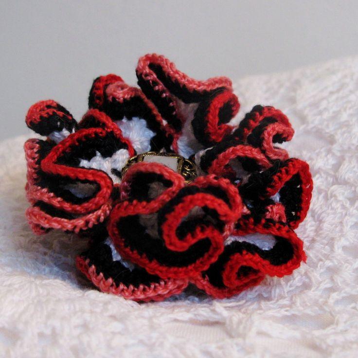 Aundrey - háčkovaný 3D květ Květ uháčkovaný ze slabších bavlněných přízí tří barev, černá, bílá, červená ombré. Průměr cca 5,5 cm.
