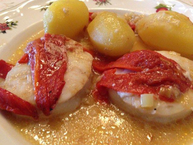 Merluza con patatas y piquillos https://www.pinterest.com/CocinaAnna1974/pescado/