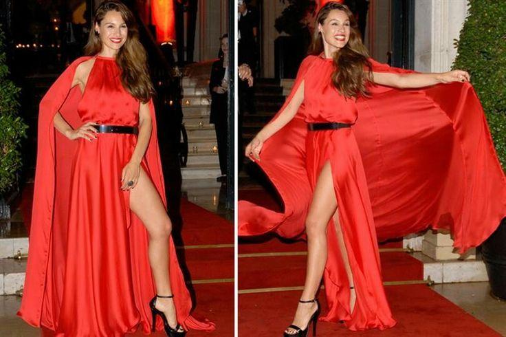 Carolina Ardohain Vestido rojo con capa. Un sueño!