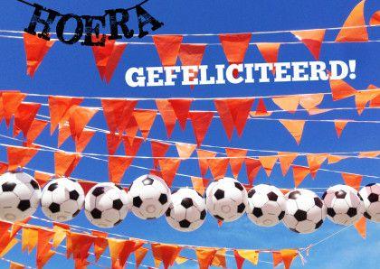 Verjaardagskaart jongen met voetbal slingers. Oranje vlaggetjes, voetballen, hoera gefeliciteerd. Een originele fotokaart voor jarige jongen.