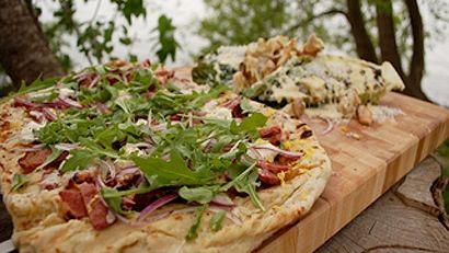 Pizza smoked meat, crème fraîche et salade César grillée
