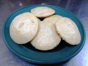 豆と米の粉やスージなどから作った蒸しパンです。豆と米は水に浸してミキサーにかけてから生地にします。専用のイドリ型に生地を入れて蒸します。  南インド料理です。南インドでは朝食に食べることが多いようです。北インドでもイドリ専用型を持っている家もあります。北インドではスナック(おやつ)として食べることが多いです。